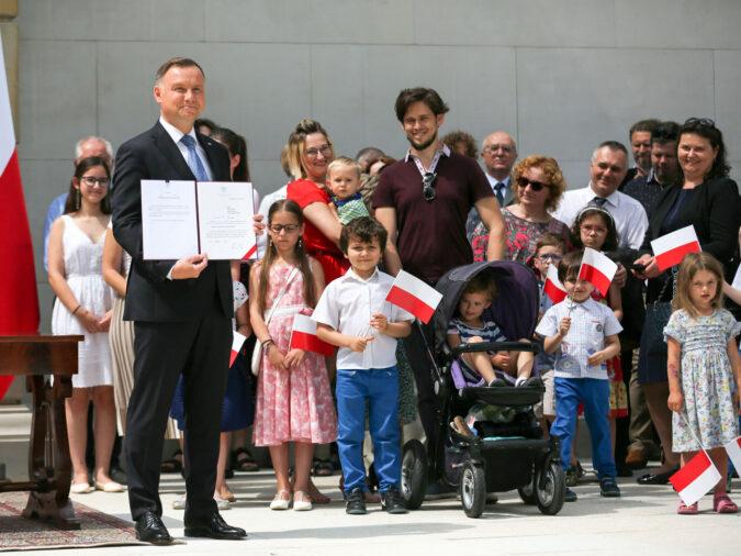 Президент Польщі вніс закон про заборону гомосексуалістам всиновлювати дітей